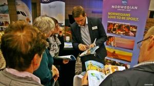 Tom Baraas fra NCL - Norwegian Cruise Line i samtale med interessert  og mulige gjester (foto: ©otoerres)