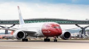 Norwegians Dreamliner på London - Gatwick. Oppstarten av langdistanserutene har så langt vært et økonomisk mareritt for selskapet. (foto: Norwegian)