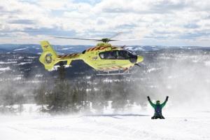 SkiStars ansatte i Hemsedal og Trysil gir julegaven videre til Norsk Luftambulanse - til sammen 60.000 kroner. (Foto: Norsk Luftambulanse)